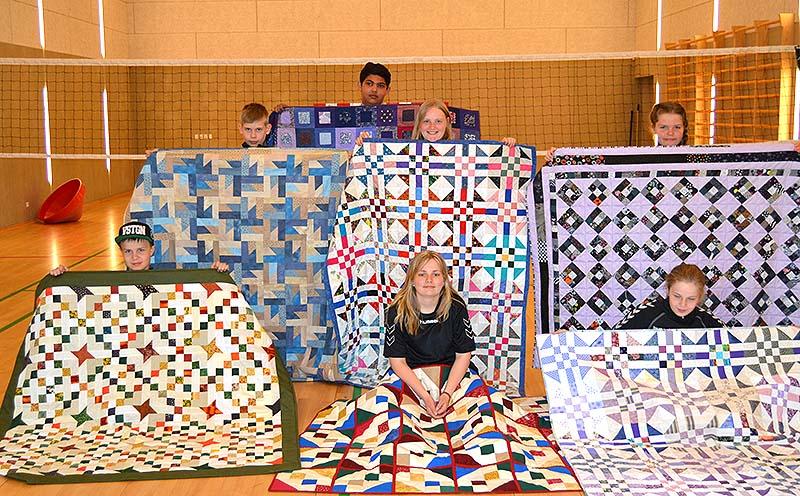 300415 Kildemose 8 børn med tæpper blog