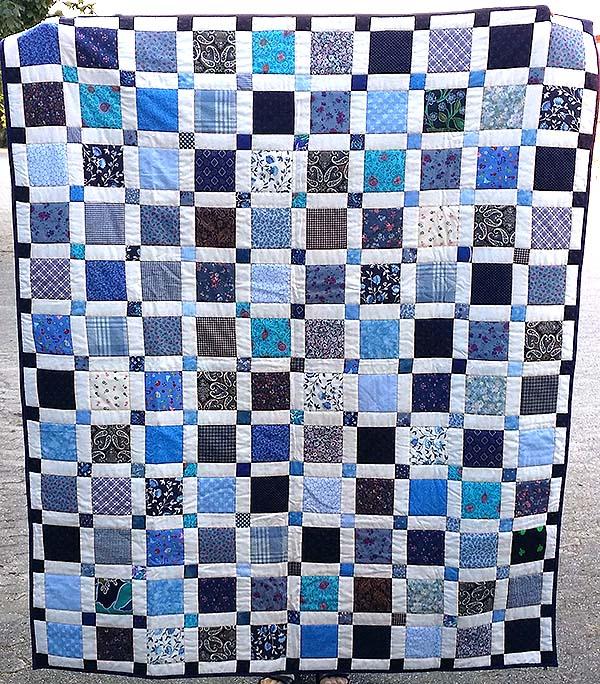 Det blå tæppe - syet i fælleskab, og quiltet af Anna.