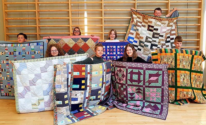 180518 8 børn på kildemose med tæpper