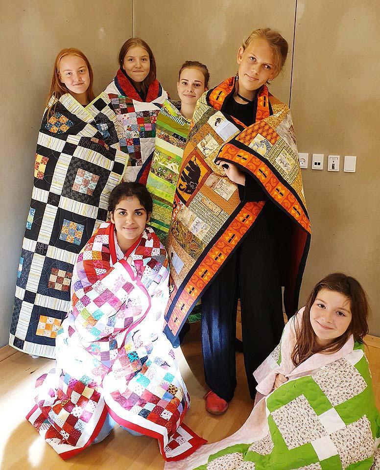 130919 kildemose 6 børn med tæpper
